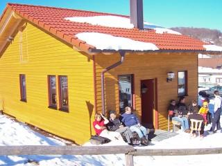 Sonnenbad bei der Skihütte